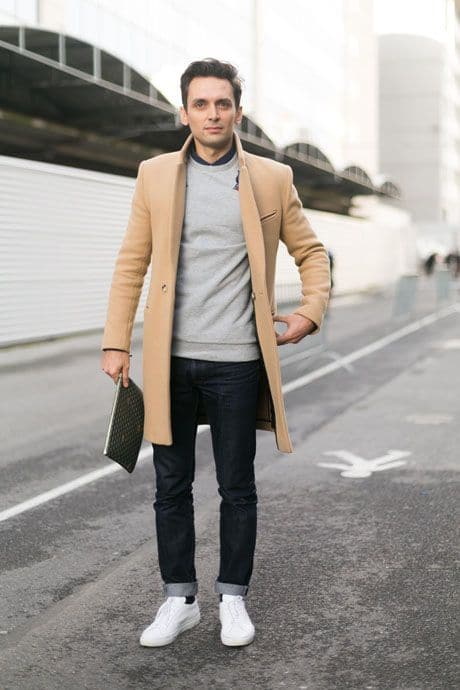 manteau camel et baskets